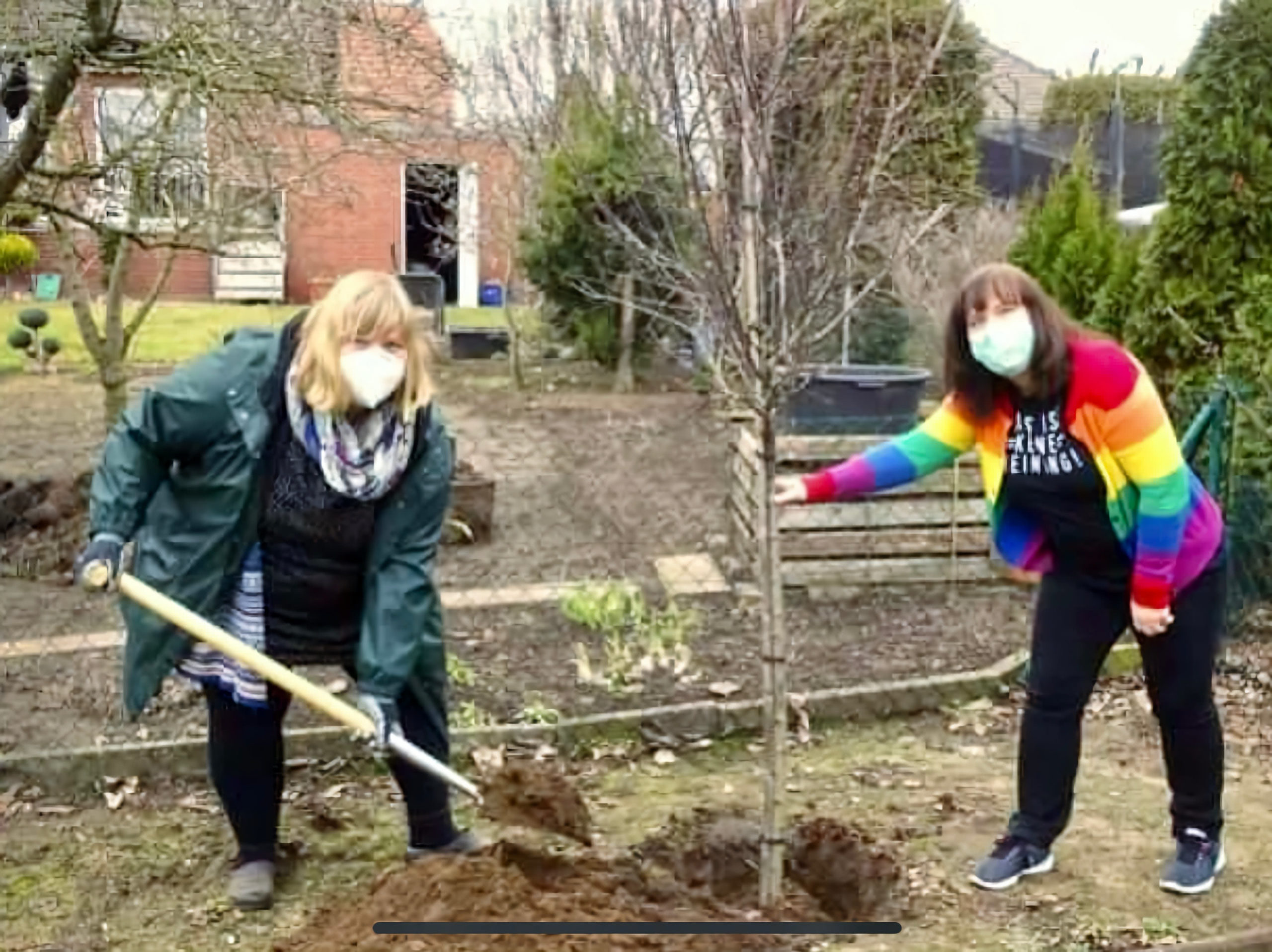 Paulina Hammer und Janett Altrichter pflanzen einen Baum