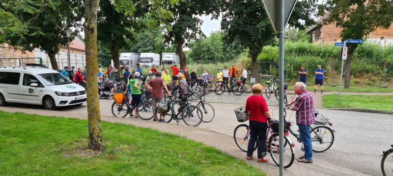 Gruppe von Menschen mit Fahrrädern